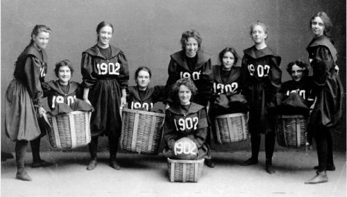 800px-Smith-College-Class-1902-basketball-team.jpg